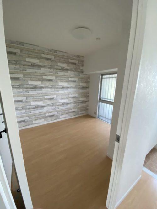 居室、窓も明り取りがついていて、一般的なマンションの北側居室より採光確保(内装)
