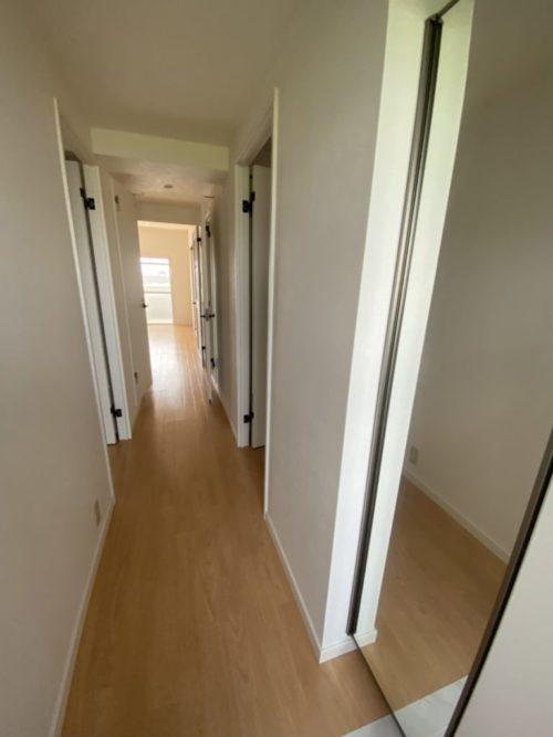 床の明るい木色と白の壁・建具で室内を明るく落ち着かせています(内装)
