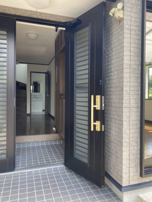 玄関は広く、大容量のシューズボックスが有!鏡付きなので身支度も可。(玄関)