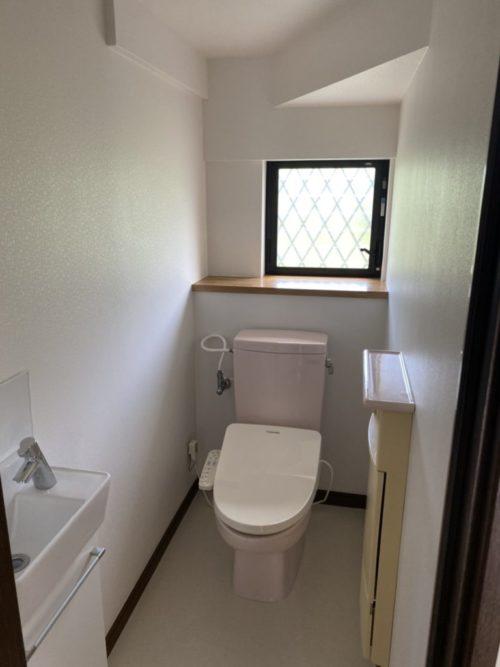 1階トイレ。便利な手洗いキャビネット付き、換気に最適な窓有。(内装)