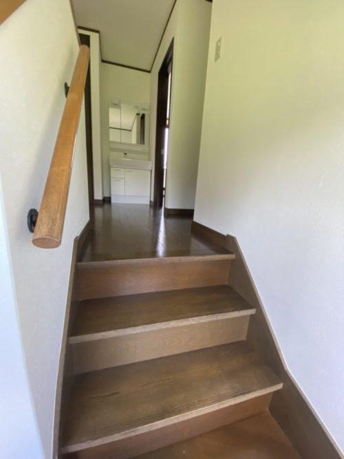 階段上がった2階にも洗面台とトイレ有。(内装)