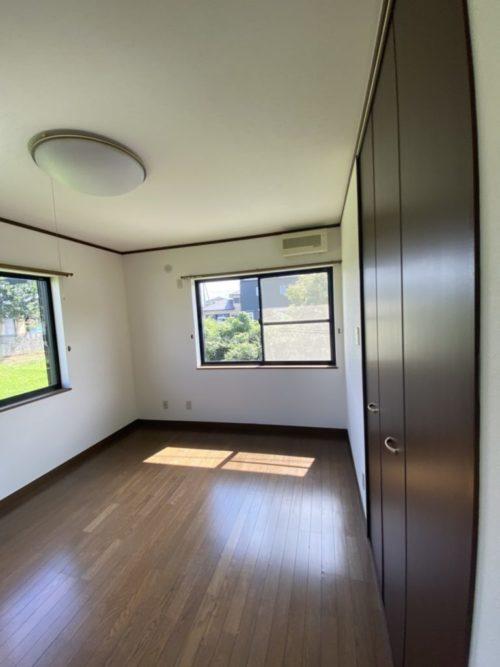 2階南側居室、窓には雨戸有。(内装)