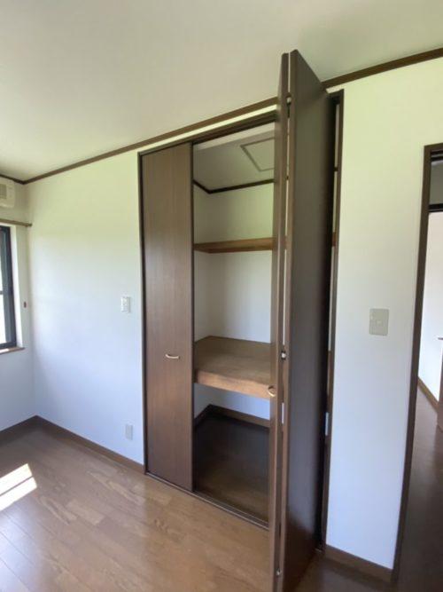 2階南側居室、収納豊富なクローゼット有。(内装)