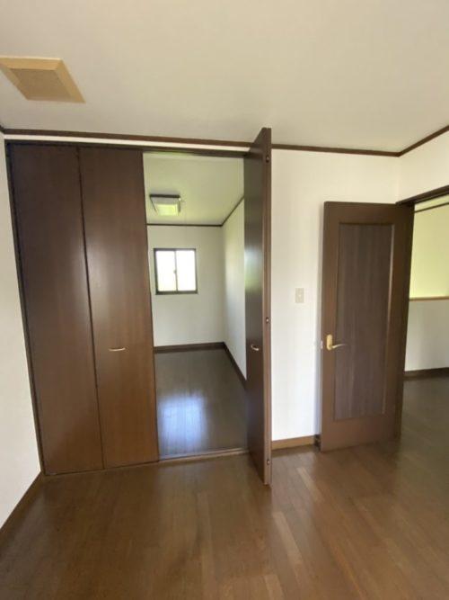 2階東側居室、2つのウォークインクローゼットが有。サッシは2重窓で対応。(内装)