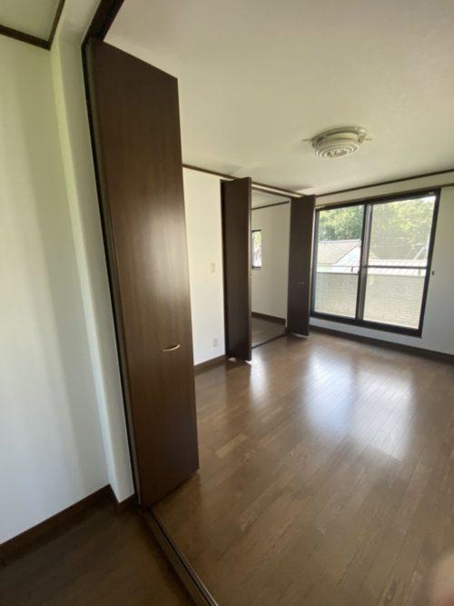 2階東側居室、バルコニーがあり、雨戸も有。(内装)